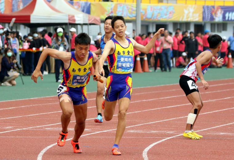 台南市金城國中在國男4×400公尺接力決賽飆3:22.85再破大會。林嘉欣/攝影。