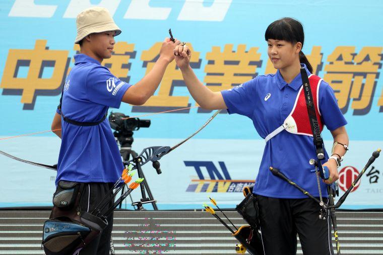 協會青年隊混雙施孟君/蔡明修。中華企業射箭聯盟/提供。