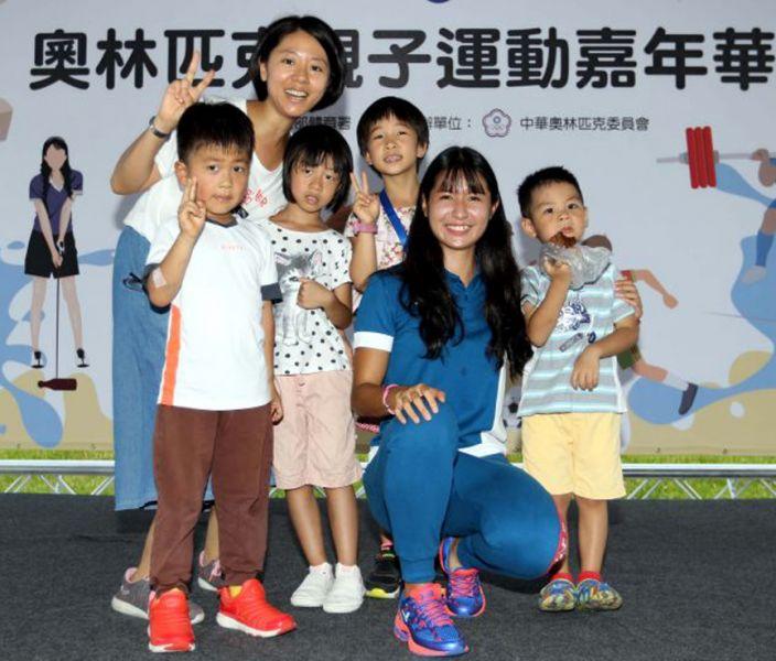 廖晏均(前排右二)參加奧林匹克親子運動嘉年華時和民眾合影。林嘉欣/攝影。