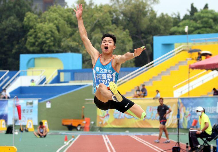 惠文高中何奎霖以7.65在高男跳遠封王。林嘉欣/攝影。