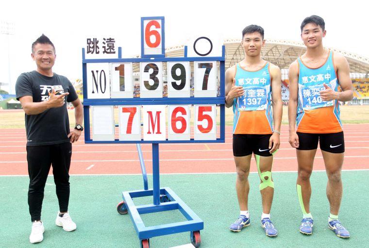惠文高中何奎霖以7.65在高男跳遠封王,小高一陳奕安得銀,教練蔡欣憲超開心。林嘉欣/攝影。
