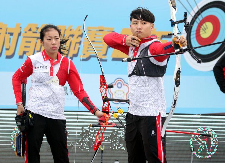 台中銀行隊譚雅婷/崔建聯手射下「黃金混雙」。企業射箭聯盟/提供。