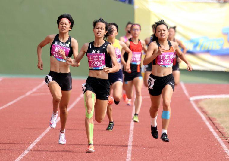 高女800公尺決賽,彰化高商王苡媗2:15.38奪金。林嘉欣/攝影。