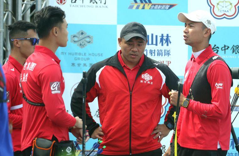 寒舍集團男團和教練郭振維。中華企業射箭聯盟/提供。