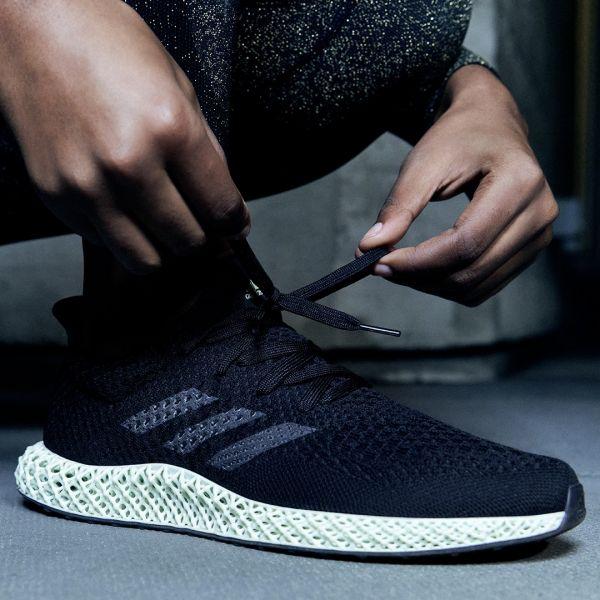 adidas Futurecraft 4D元祖配色以俐落黑色鞋面搭配灰綠色調的Futurecraft 4D中底,鞋側灰色反光三線標誌則低調展現科技感。官方提供