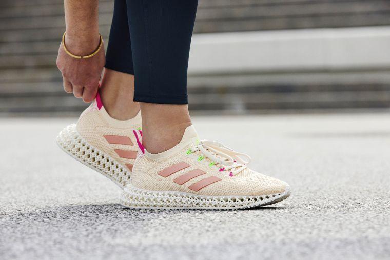 adidas全新4DFWD推出多款配色選擇,女款則推出柔美粉沙色,並以高調螢光粉點綴後跟、鞋帶細節,提供不同風格跑者多元選擇。官方提供