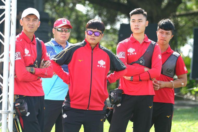 在至尊盟主賽G4軍情一度告急,寒舍集團教練袁叔琪(中)和隊員神色凝重。中華企業射箭聯盟/提供。
