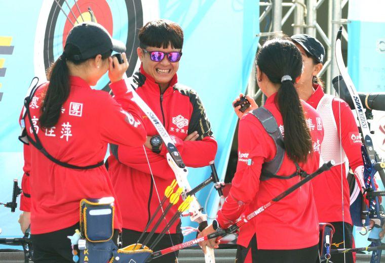 寒舍集團女團和教練袁叔琪。中華企業射箭聯盟/提供。