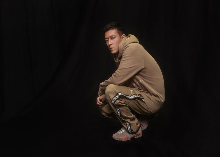 CLOT 創意總監陳冠希 (Edison Chen) 實著聯名服飾與 Air Jordan XIV Low x CLOT,詮釋東西文化融合的風格特色,同時致敬籃球運動。官方提供