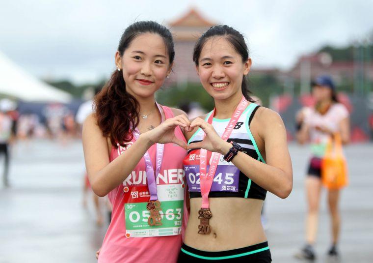 張芷瑄(右)和妹妹張芷菱。台新金/提供。