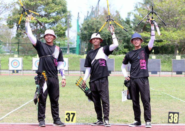 東大體中鐘徐東(右起)/胡仲威/張建強首度在青年盃反曲弓高男組團體賽首稱王。林嘉欣/攝影。