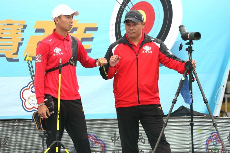 寒舍集團魏均珩和教練郭振維。中華企業射箭聯盟/提供。