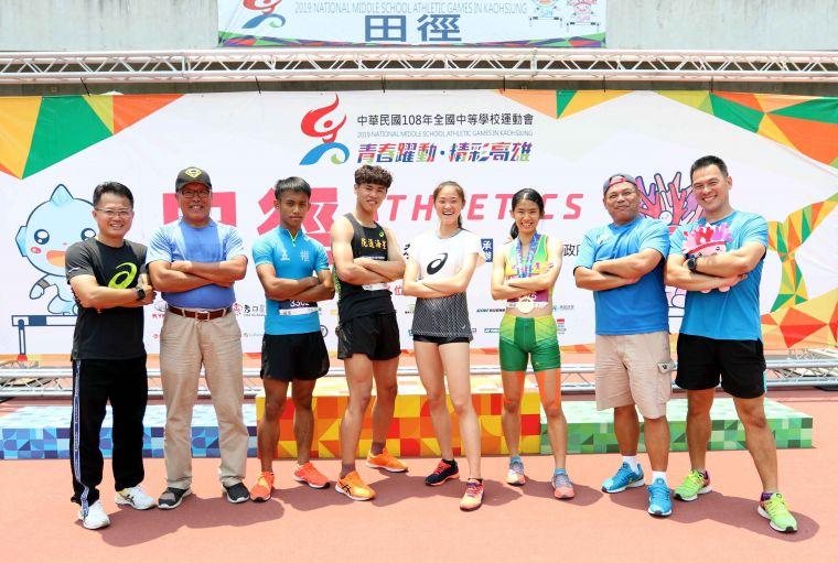林清光(左二)和堂弟朱明芳(右二)都是田徑國家級教練。林嘉欣/攝影。