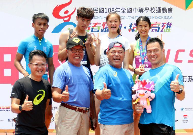 林清光(前排左二)和堂弟朱明芳(前排右二)都是田徑國家級教練。林嘉欣/攝影。