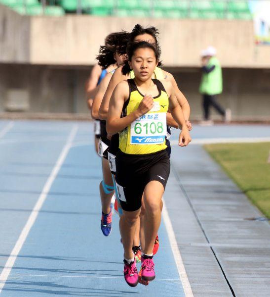 王柔諠在港都盃800公尺兩破大會奪金。林嘉欣/攝影。