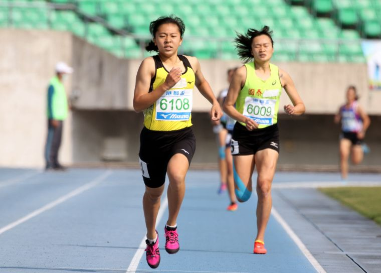王柔諠(前)在港都盃800公尺兩破大會奪金。林嘉欣/攝影。