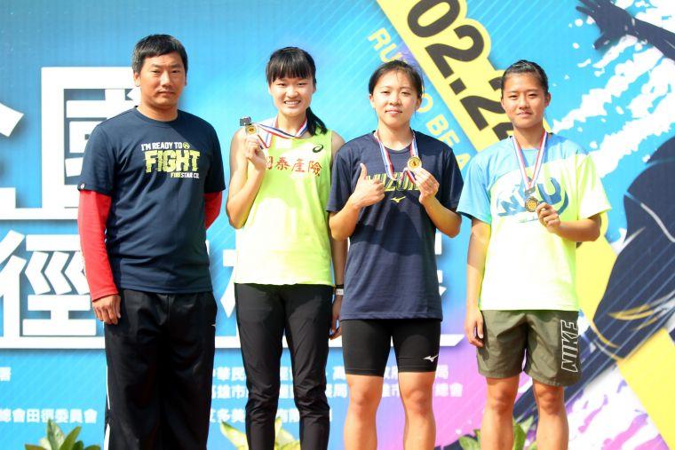 王柔諠(右二)在港都盃800公尺兩破大會奪金。林嘉欣/攝影。