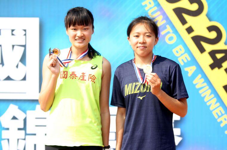 公開女800公尺決賽,高市龍華國中王柔諠(右)和國泰松商訓練站魏莉珩都打破大會紀錄。林嘉欣/攝影。