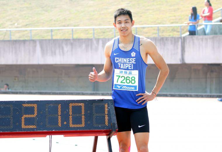 奧運培訓隊彭名揚以21秒03,打破公開男200公尺大會紀錄。林嘉欣/攝影。