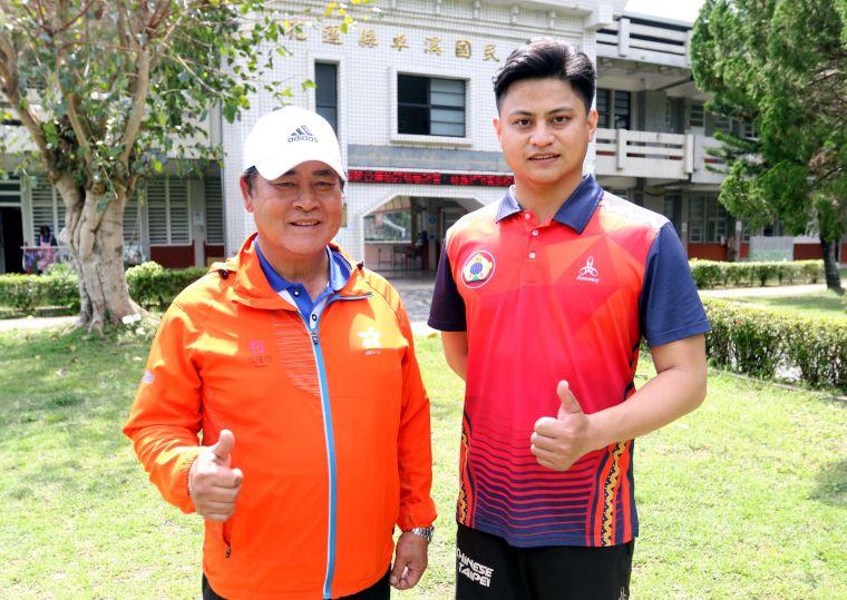 前奧運國手高浩文(右)和卓溪國小校長田楊橋。林嘉欣/攝影。