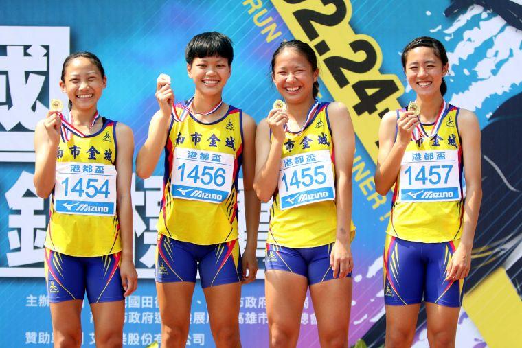金城國中勇奪港都盃國女4*400公尺接力冠軍。林嘉欣/攝影。
