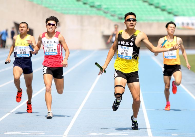 高男4x400m接力決賽。林嘉欣/攝影。