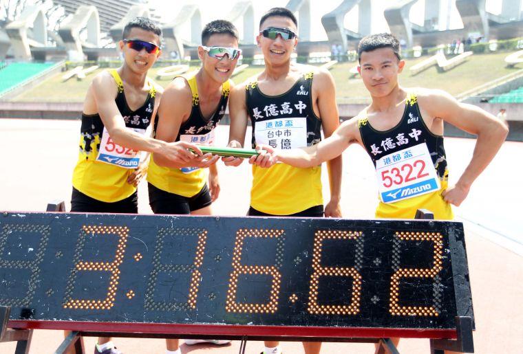 高男4x400m接力決賽,長億高中蕭羽祐/宋程宇/王柏亞/林于烜打破高懸18年的大會紀錄。林嘉欣/攝影。