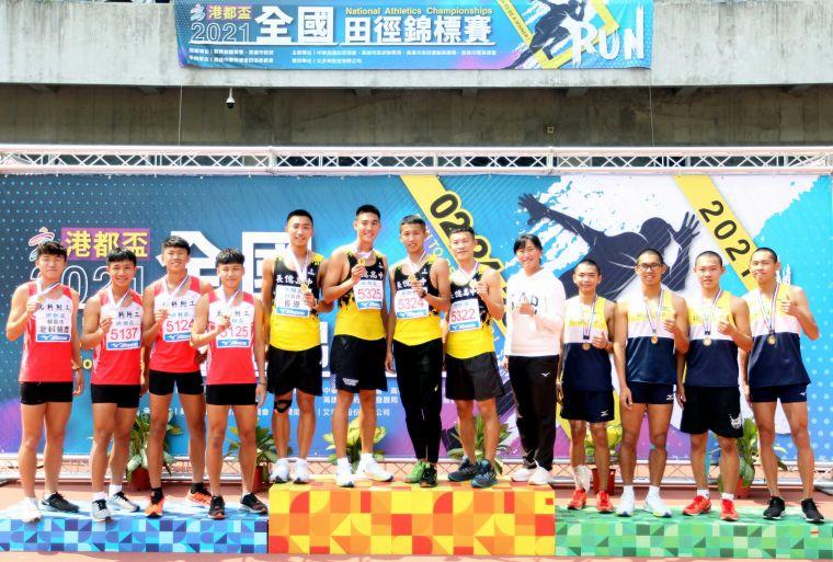高男4x400m接力決賽,長億高中蕭羽祐/宋程宇/王柏亞/林于烜打破高懸18年大會紀錄。林嘉欣/攝影。