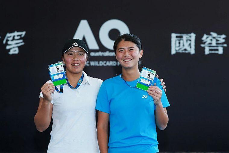 李亞軒(左)、吳芳嫻開心的拿著明年澳網的球員卡。摘自官網