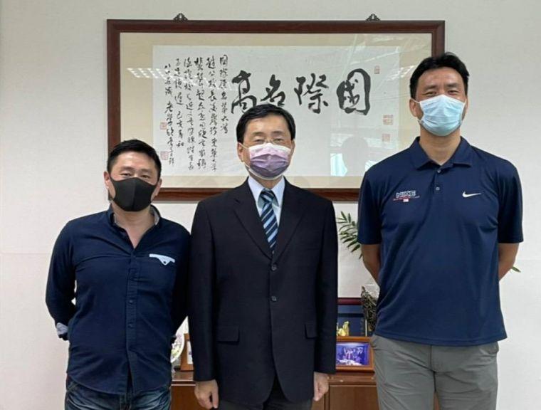 東華大學校長趙涵㨗(中)與林如瀚(右)、邱建章(左)教授。官方提供