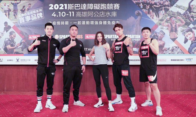 World Gym教練們與藝人蔡祥現場示範剝皮跳。寬寬整合行銷提供