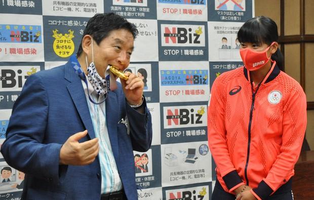 名古屋市長河村隆之無腦咬金牌造成許多投訴。摘自網路