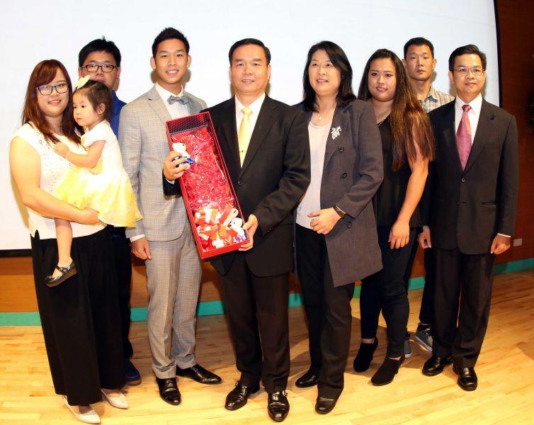 邱炳坤(右五)和太太周明熙(右四)是台灣射箭運動重要推手。林嘉欣/攝影。