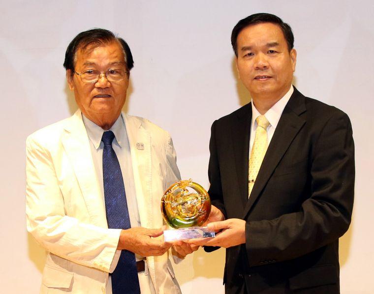 國立體大校長邱炳坤(右)和射箭協會駐會顧問賴文郎。林嘉欣/攝影。