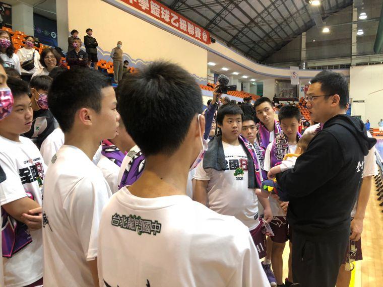 9年隊史社團性質首晉八強的龍門1勝2敗排分組第三,教練精神講話。大會提供