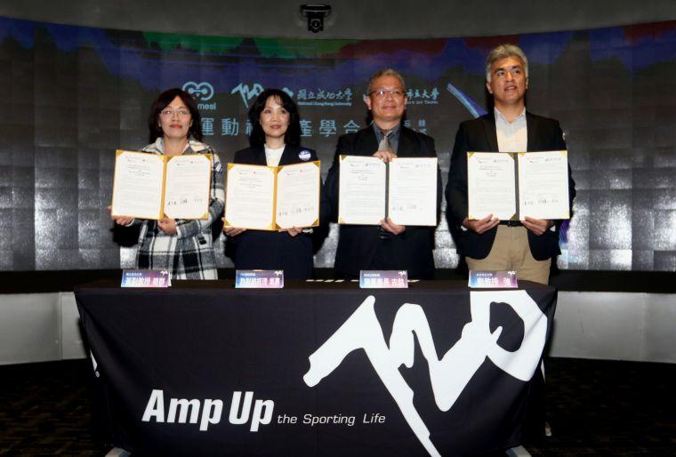 華美集團720產學合作簽約記者會。720armour運動眼鏡/提供。