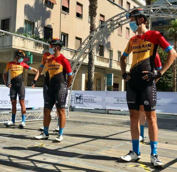 巴林麥拉倫車隊馮俊凱和隊友一同亮相都要戴上口罩。巴林麥拉倫車隊提供