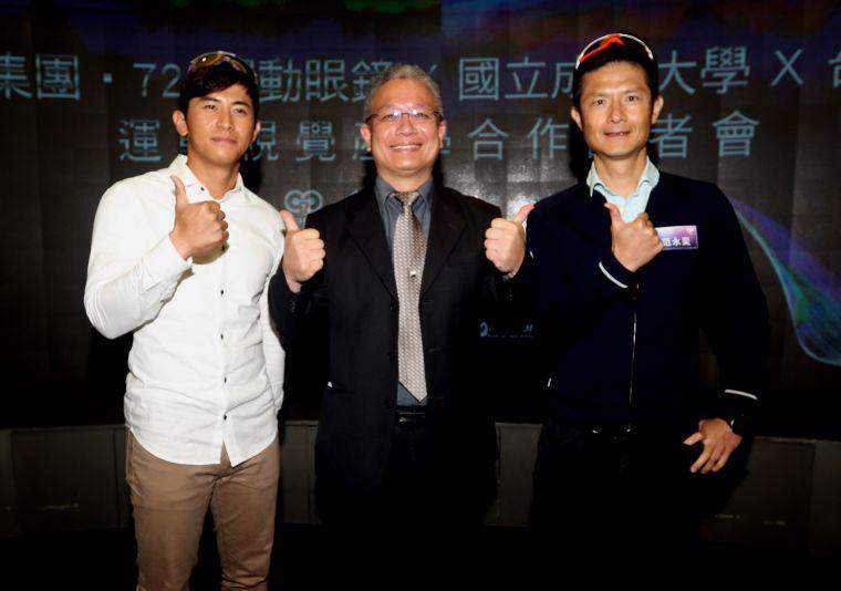 棒壇四爺」陳傑憲(左)、車界戰神范永奕(右)和華美集團董事陳志銘。。720armour運動眼鏡/提供。