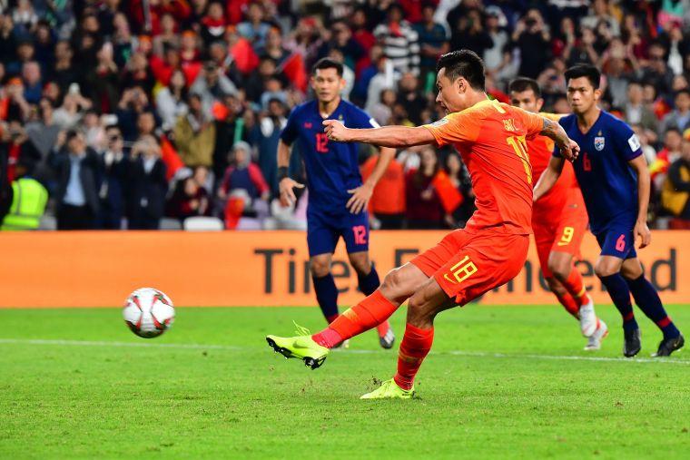 中國郜林自己操刀射進12碼致勝球。法新社