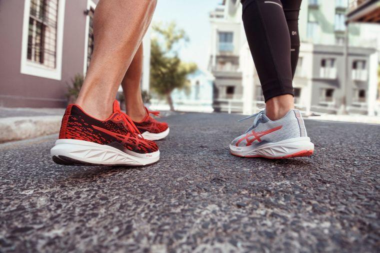 ASICS彈力第二代DYNABLAST 2鞋款舒適度再升級,推薦給入門跑者和日常輕鬆跑著用。官方提供