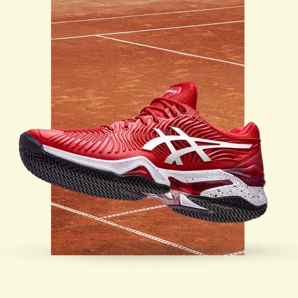ASICS頂級網球鞋款COURT FF更推出球王專屬COURT FF NOVAK款,以搶眼紅色鞋面搭配白色虎爪LOGO,成為場上新焦點。官方提供
