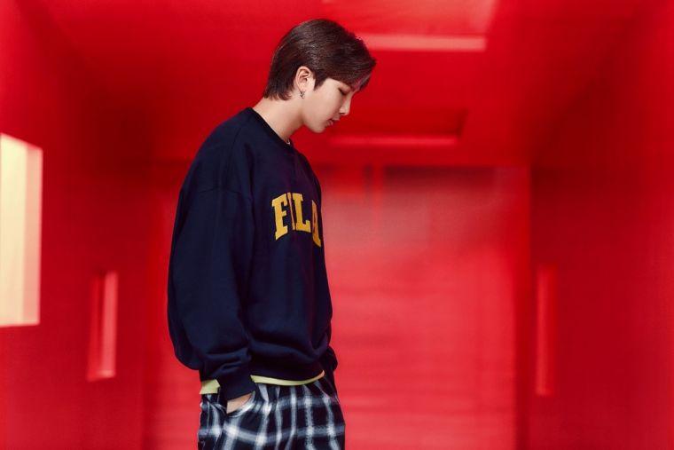 BTS隊長RM演繹FILA新復古學院風棉質衛衣,展現校園青春氣息。官方提供