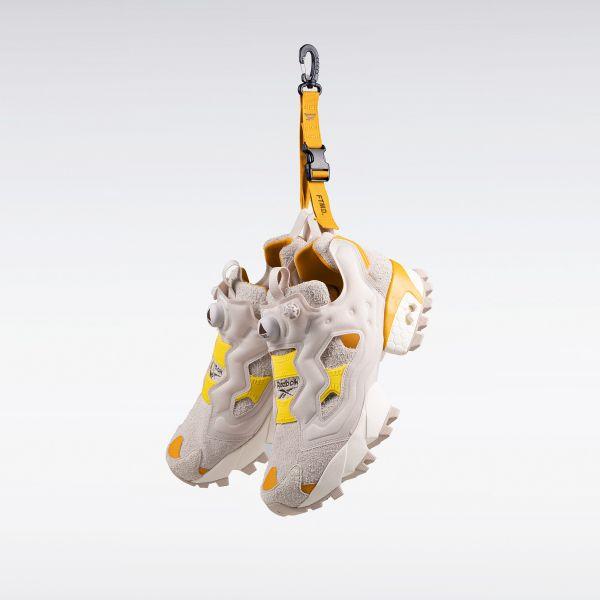 雙鞋更附贈精美的聯名山系掛扣。官方提供