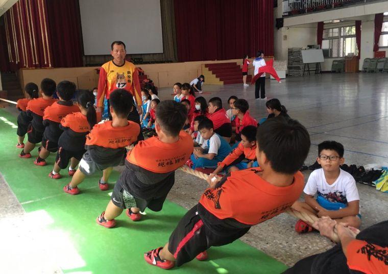 宏仁國中拔河隊穿上長庚醫院贊助的新拔河衣,加緊練習,張金豐老師一旁耐心指導。
