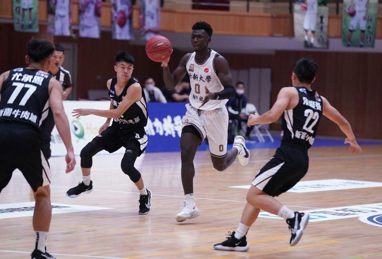 世新大學阿巴⻄15分5籃板5助攻6抄截。大會提供