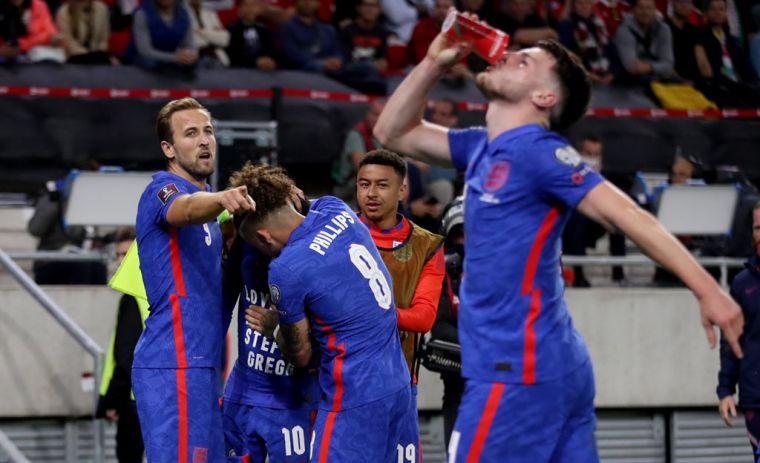 英格蘭隊員舉起水杯就喝,用動作反制球迷的手段。摘自英格蘭推特