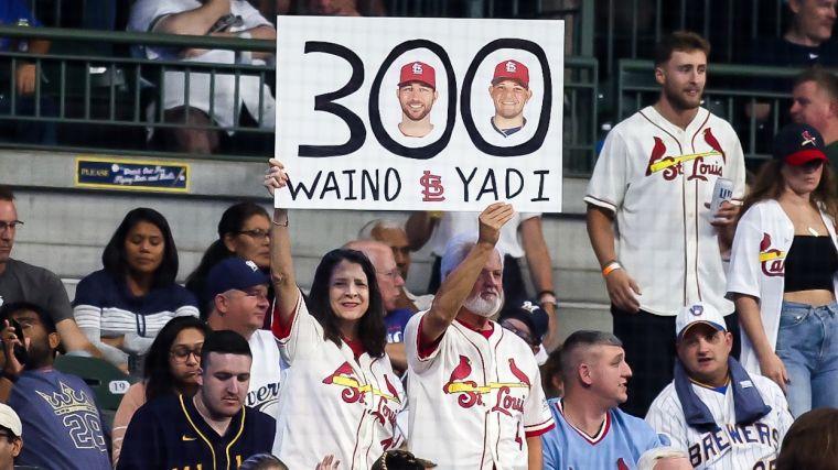紅雀球迷舉牌紀念300次投捕合作。摘自紅雀推特
