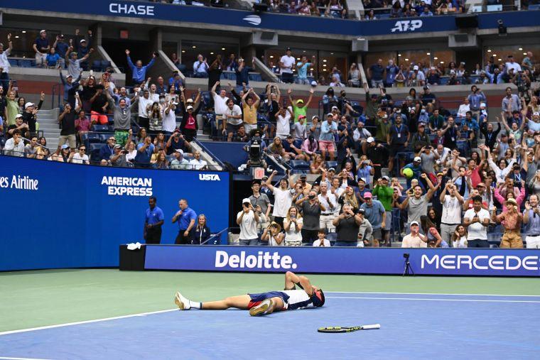 弗南德茲獲勝禝不敢相信的躺在場上。摘自美網推特