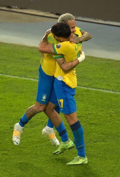 內馬爾與帕奎塔慶祝進球。摘自官方推特