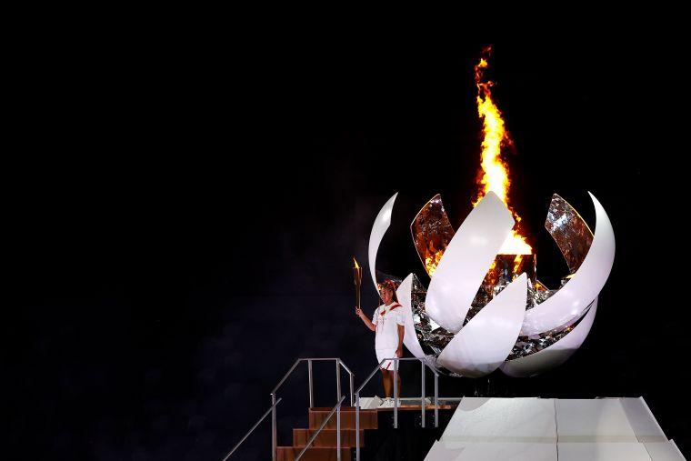 大坂直美點燃聖火。摘自官方推特